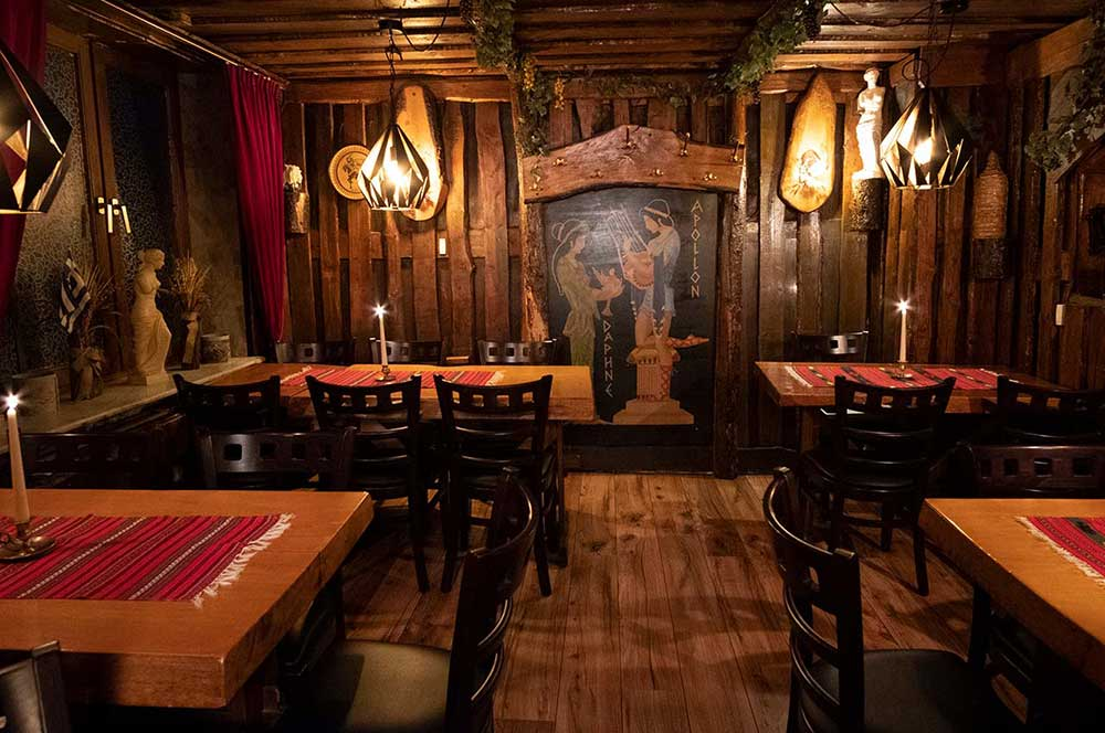 Einladende Tische der Taverna Kreta