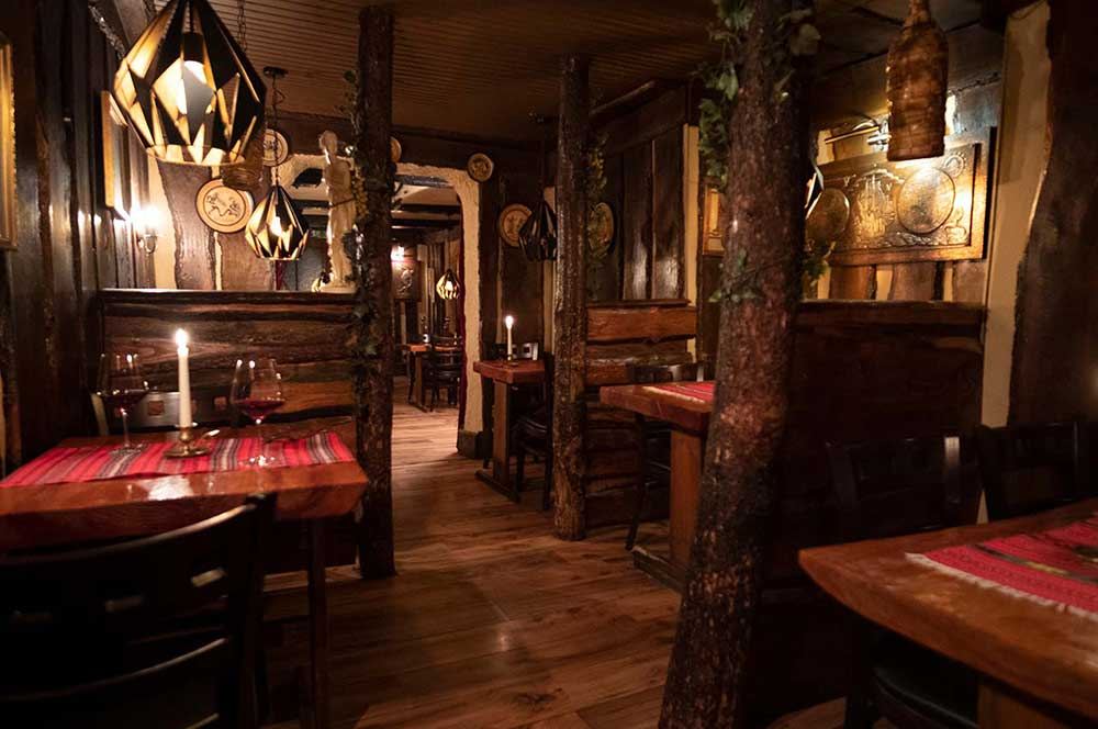 Uriges Ambiente der Taverna Kreta